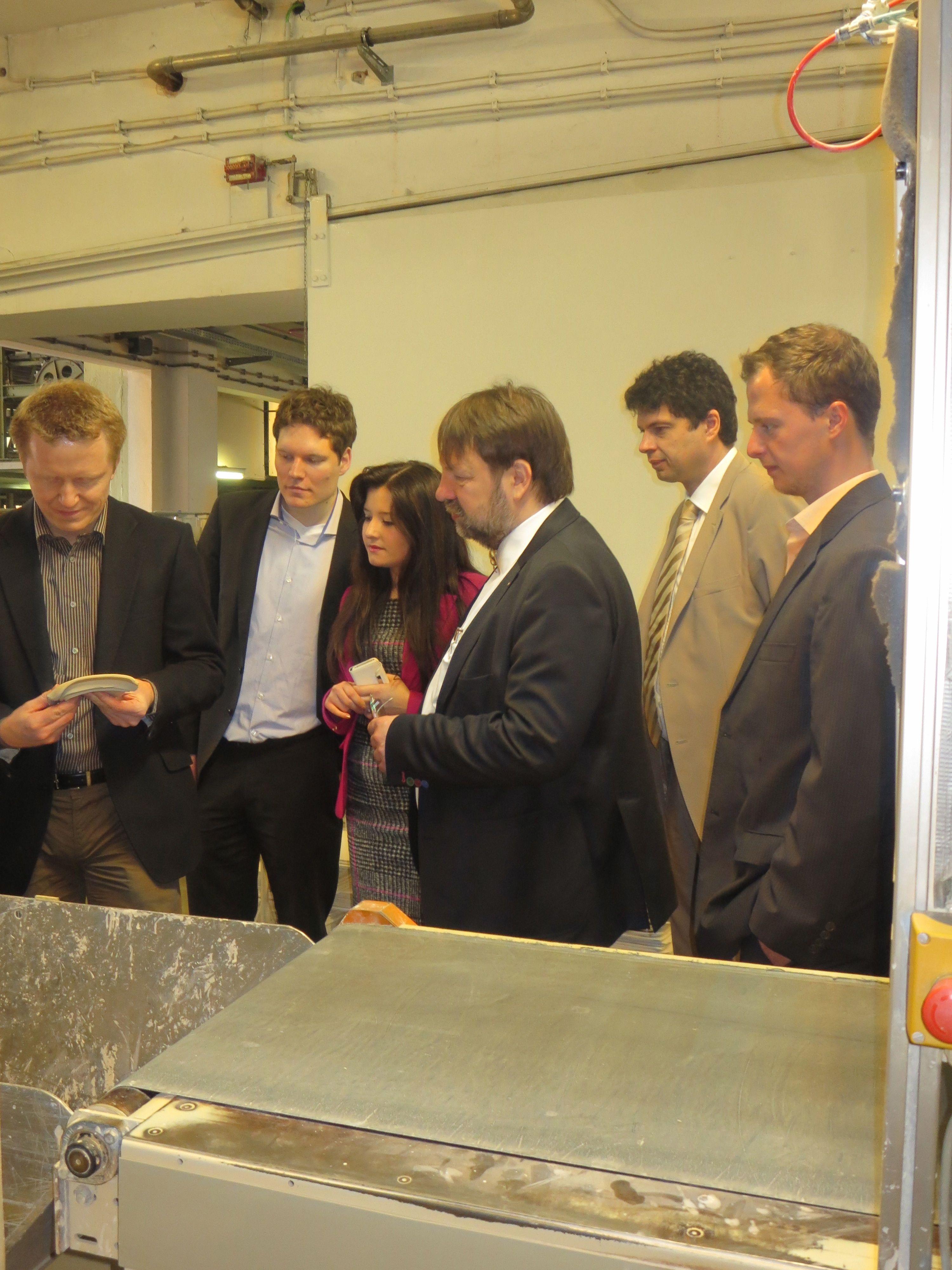 CSRegio-Teilnehmer bei der Werksführung durch die Porzellan-Fabrik